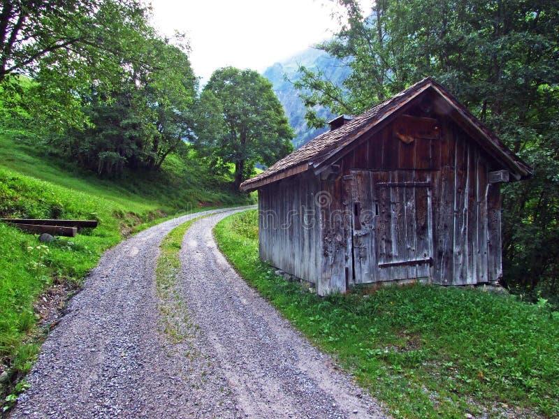Fazendas tradicionais rurais da arquitetura e da criação no vale alpino de Sernftal imagem de stock royalty free