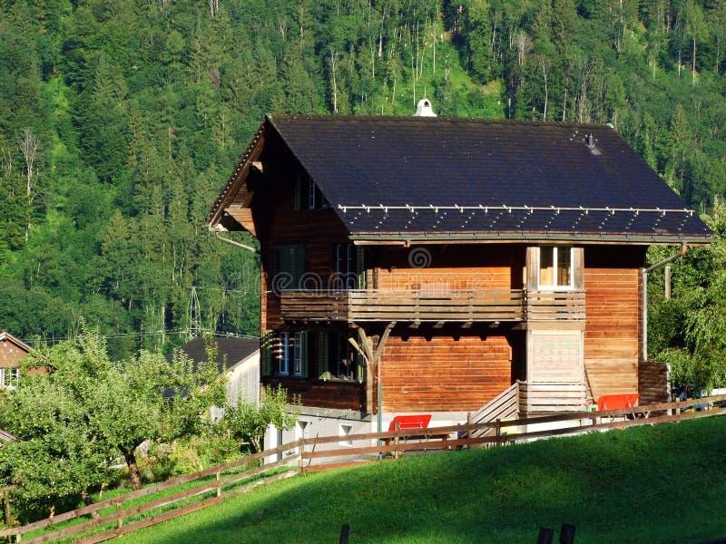Fazendas tradicionais rurais da arquitetura e da criação no vale alpino de Sernftal fotografia de stock royalty free