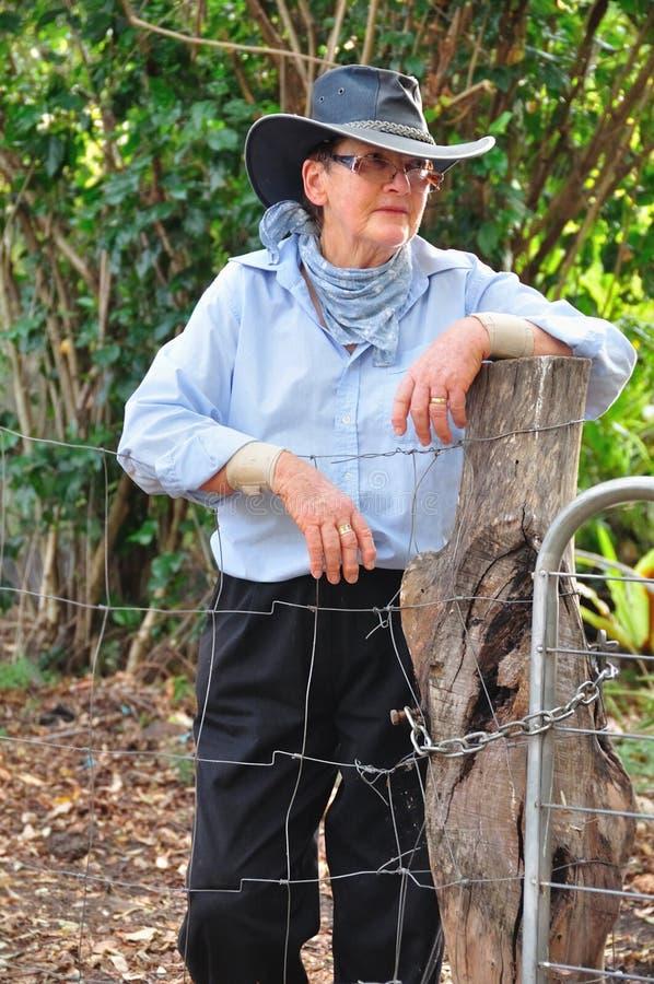 Fazendeiro australiano dos carneiros da mulher superior do retrato em Akubra tradicional fotografia de stock royalty free
