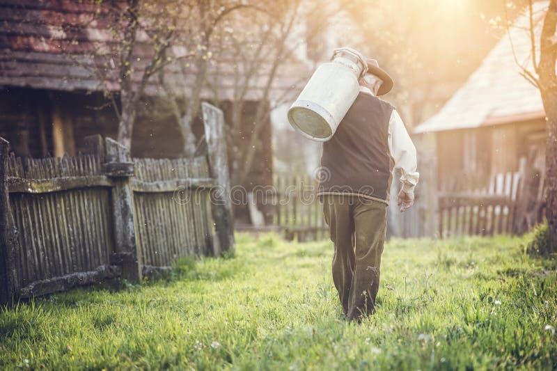 Fazendeiro com chaleira do leite fotos de stock