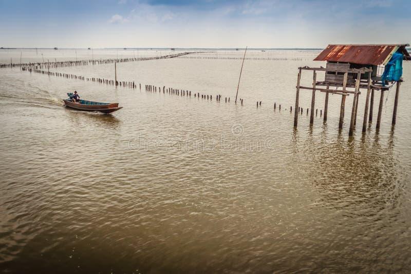 Fazendeiro e cabana do berbigão no mar que se usou para que o proprietário fique imagem de stock