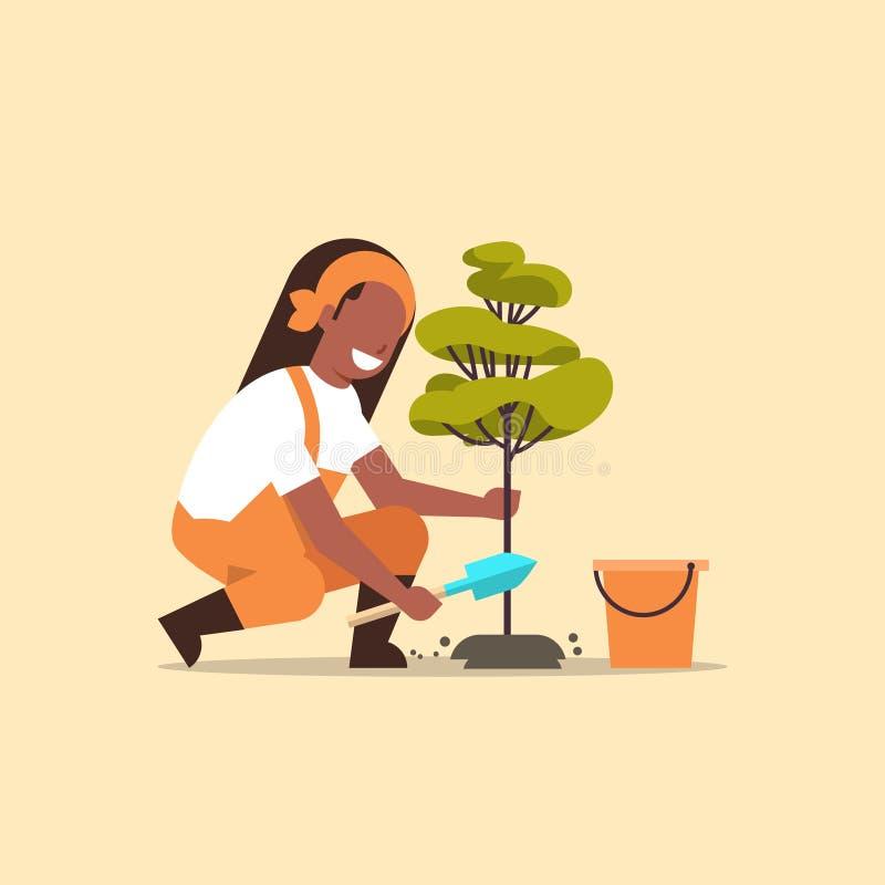 Fazendeiro fêmea que planta o solo de escavação da mulher afro-americano nova do jardineiro da árvore que trabalha na jardina ilustração stock