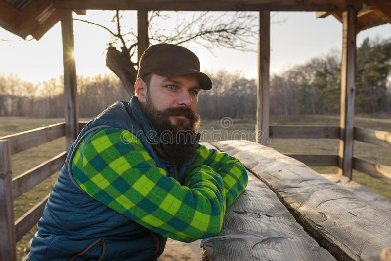 Fazendeiro farpado no por do sol fotos de stock royalty free