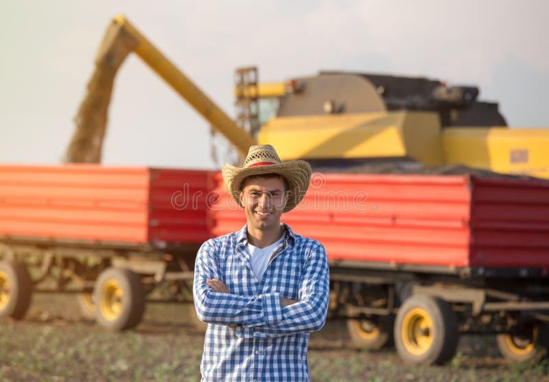Fazendeiro no campo durante a colheita foto de stock royalty free