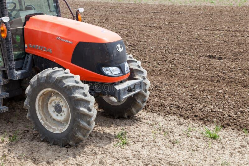 Fazendeiro no trator que prepara a terra para semear imagem de stock