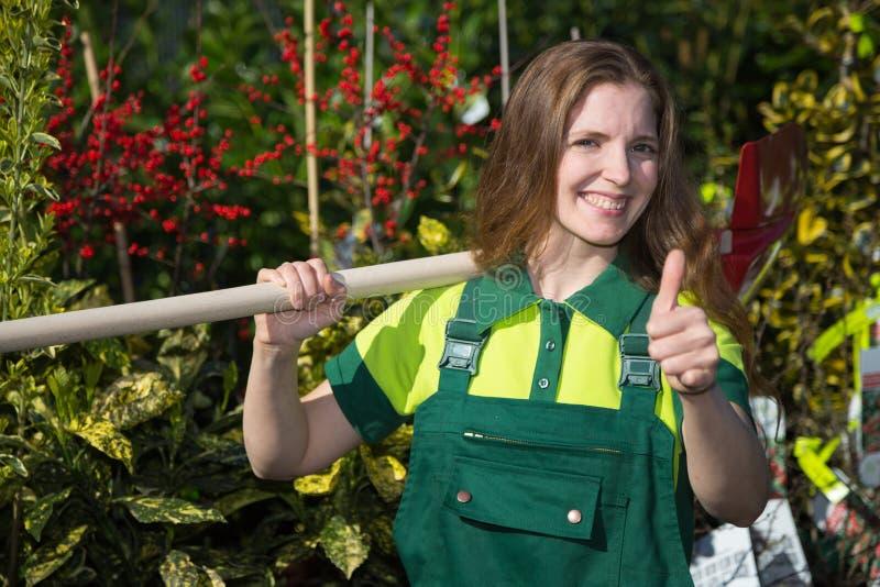 Fazendeiro ou jardineiro que levantam com a pá no jardim imagens de stock