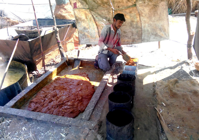 Fazendeiro que faz o açúcar mascavado (jaggery) em india rural imagem de stock royalty free