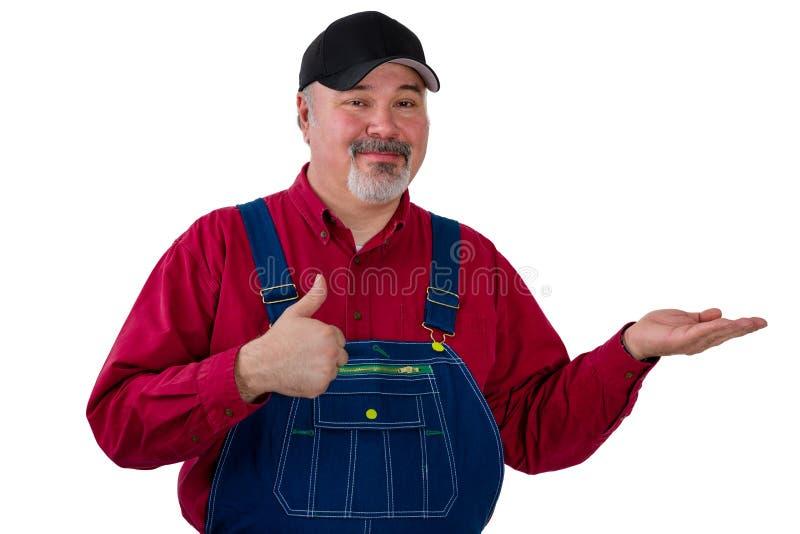 Fazendeiro que guarda para fora sua palma vazia sobre o branco imagens de stock royalty free
