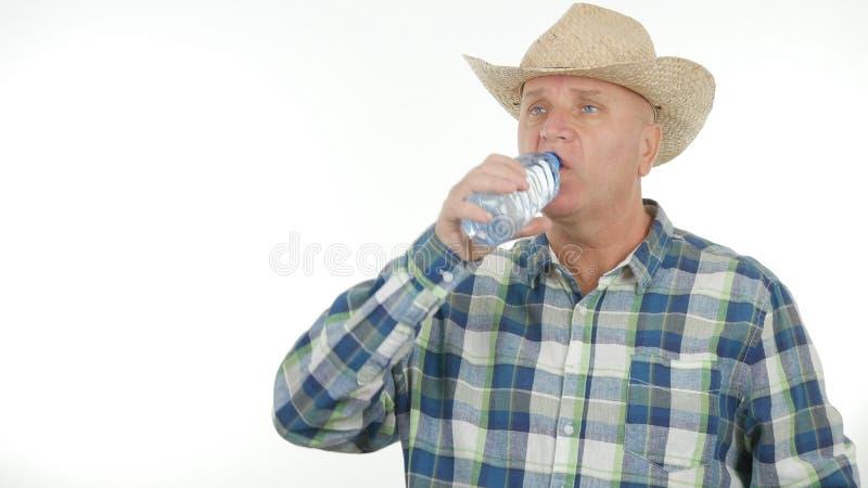 Fazendeiro sedento Drinking Water From uma garrafa fotos de stock royalty free
