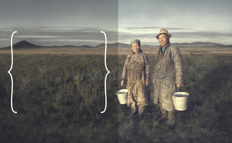 Fazendeiros dos pares do Mongolian que guardam a bacia e que levantam em The Field fotos de stock royalty free