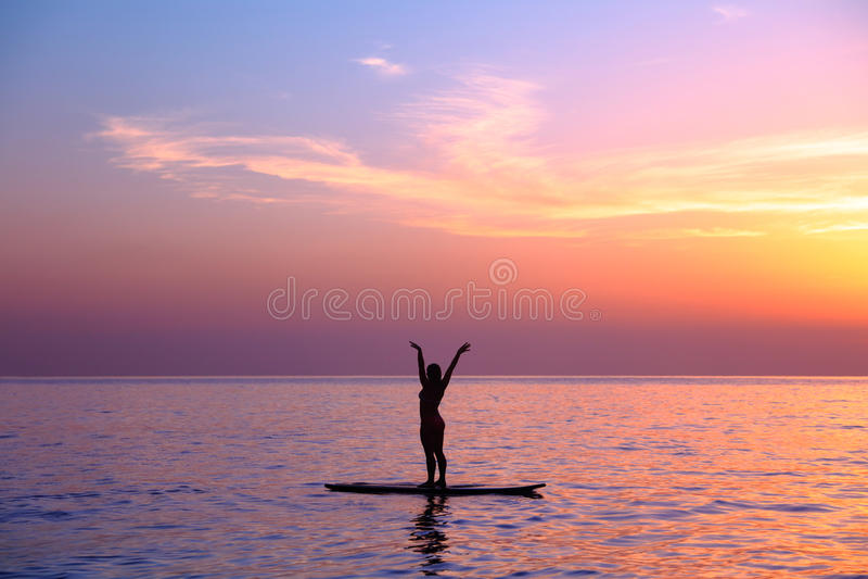 Fazendo asanas da ioga na praia imagens de stock
