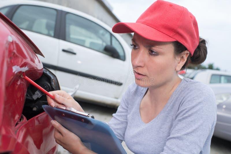 Fazendo a avaliação para o reparo do carro foto de stock royalty free
