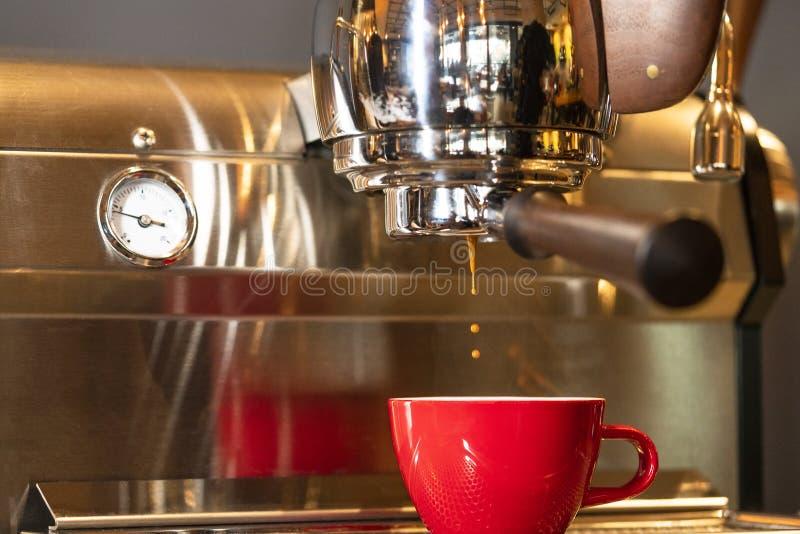 Fazendo Café Espresso Silky foto de stock royalty free