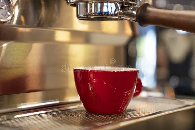 Fazendo Café Espresso Silky imagens de stock royalty free