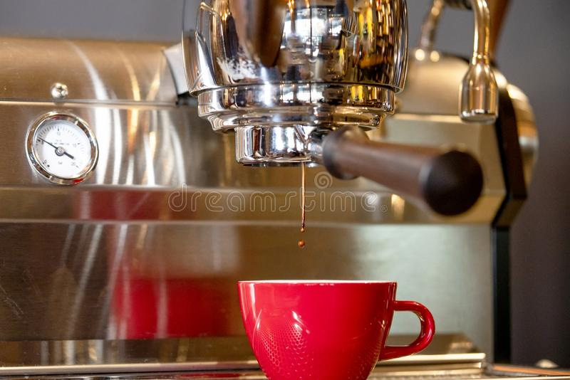 Fazendo Café Espresso Silky imagens de stock
