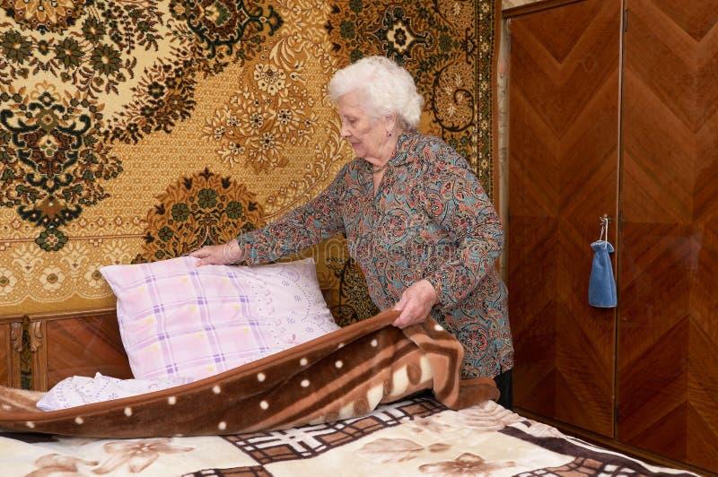 Fazendo a cama imagens de stock