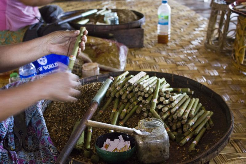 Fazendo charutos burmese foto de stock