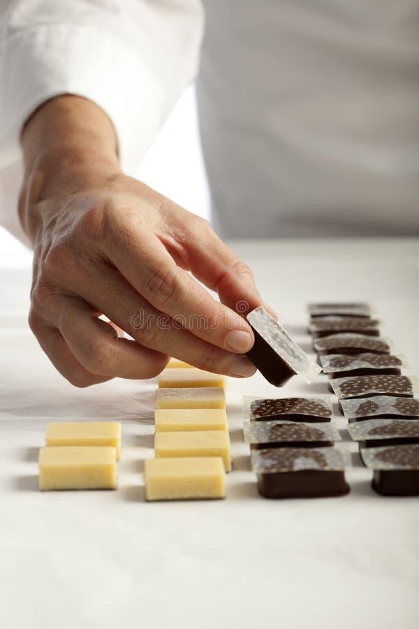 Fazendo chocolates fotografia de stock royalty free