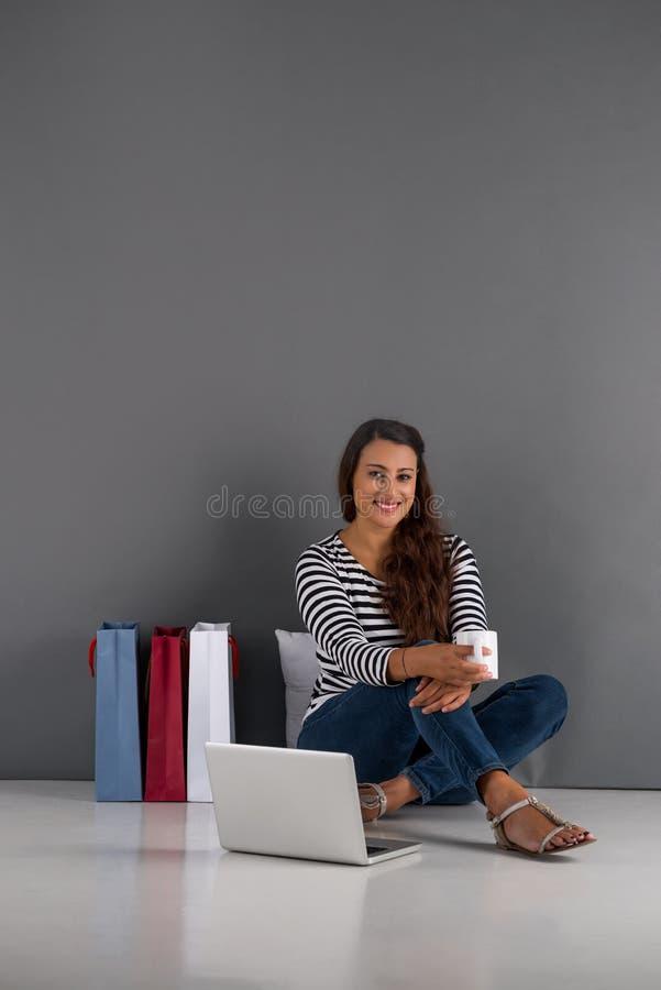 Fazendo compras em linha foto de stock royalty free