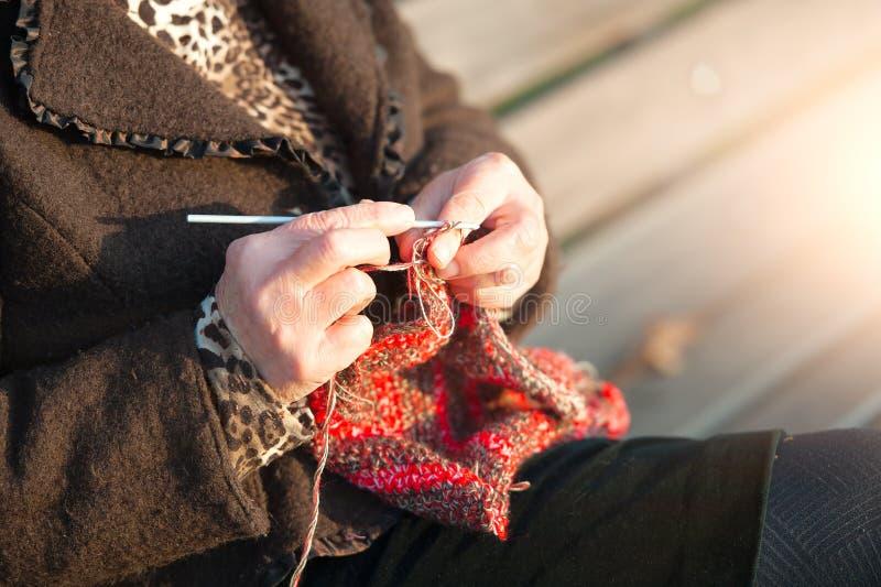 Fazendo crochê uma mulher fotografia de stock
