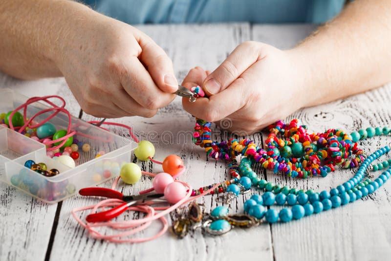 Fazendo da joia feito a mão, ideia dianteira das mãos masculinas fotografia de stock royalty free