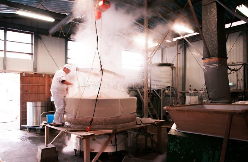 Fazendo do licor da causa, cervejaria da causa em Narita, Japão imagem de stock
