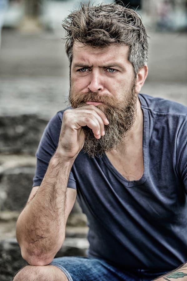 Fazendo escolhas importantes Homem com o pensativo da barba e do bigode incomodado Moderno com express?o pensativa da barba imagem de stock royalty free