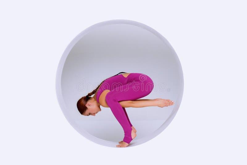 Fazendo exercícios da ioga no estúdio criativo fotos de stock royalty free