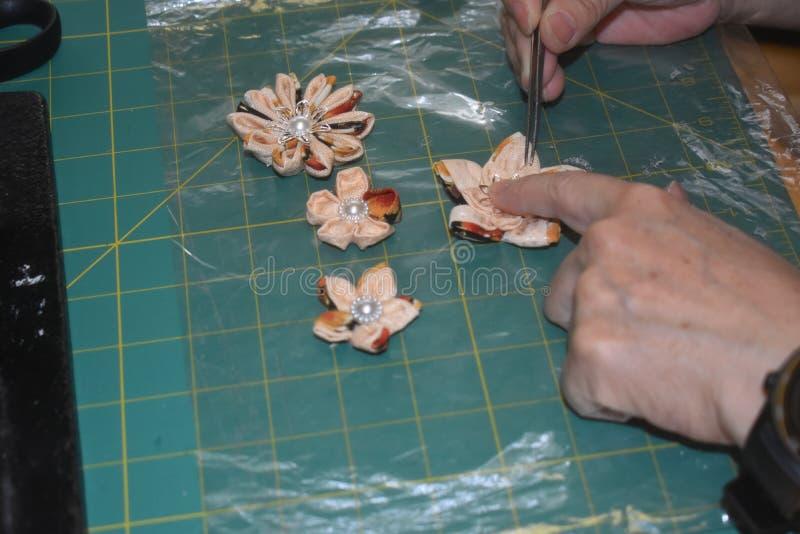Fazendo flores feitos a mão da tela foto de stock
