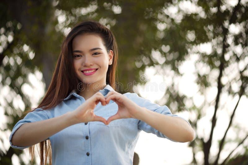 Fazendo a forma do coração fotografia de stock