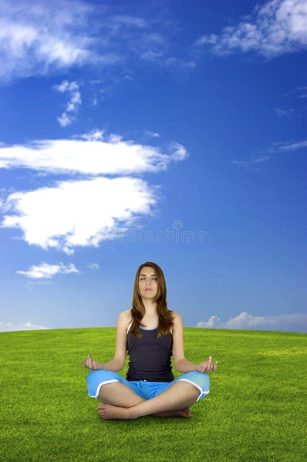 Fazendo a ioga fotografia de stock royalty free