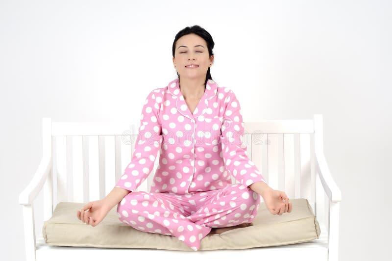 Fazendo a ioga imagens de stock royalty free