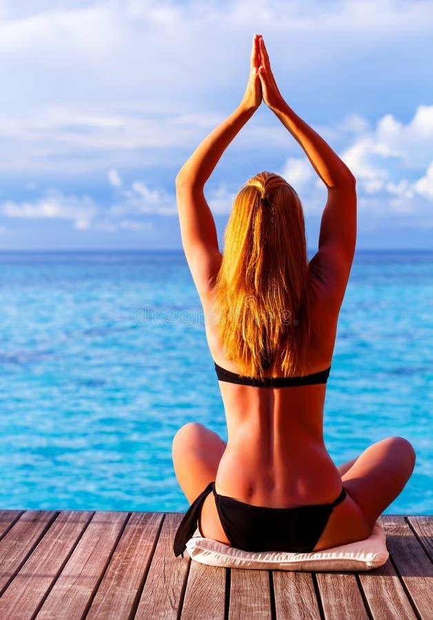 Fazendo a ioga fora foto de stock royalty free