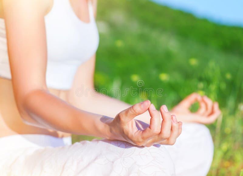 Fazendo a ioga fora fotografia de stock royalty free