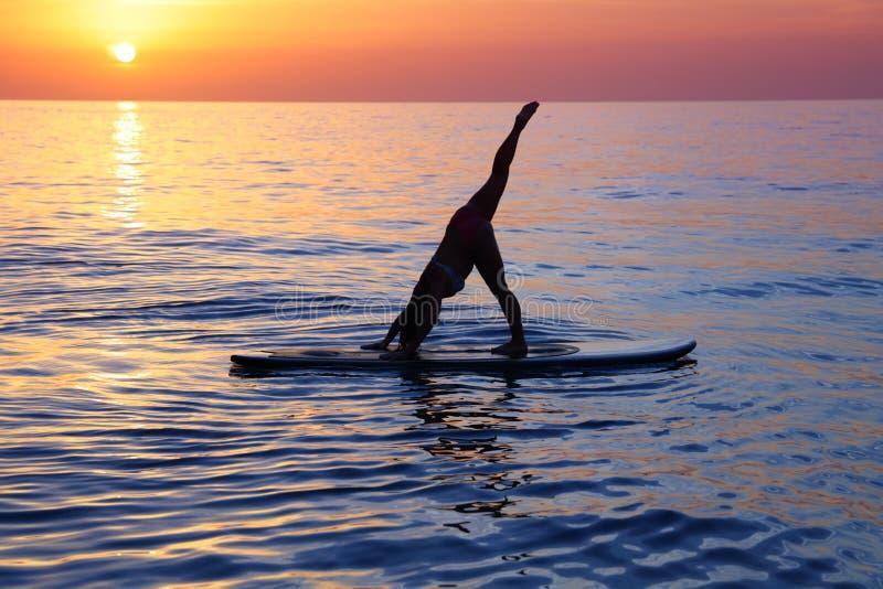 Fazendo a ioga na praia fotografia de stock royalty free