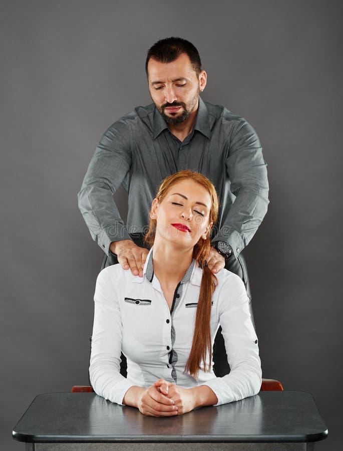 Fazendo massagens o chefe da senhora imagem de stock