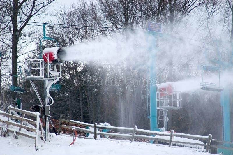 Download Fazendo a neve imagem de stock. Imagem de preparação, neve - 51765