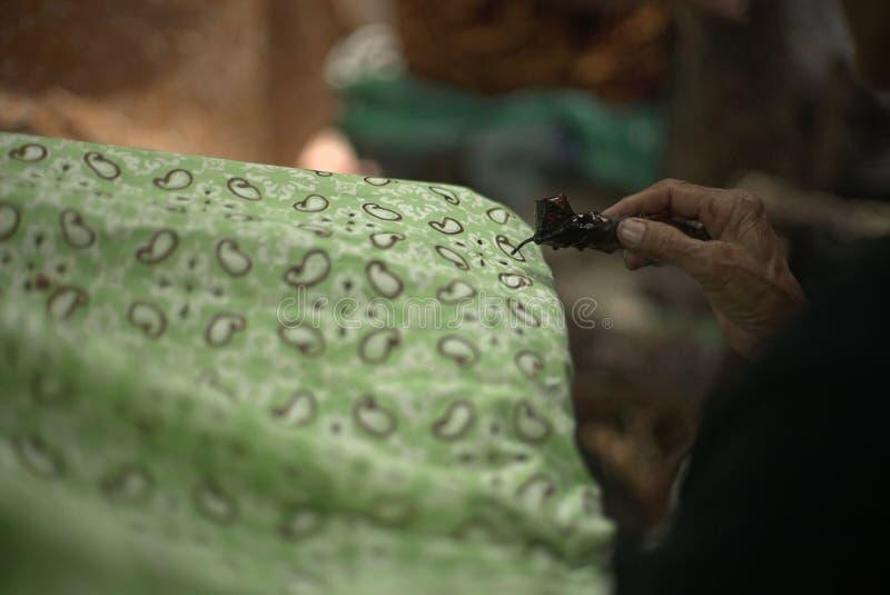Fazendo o Batik imagens de stock