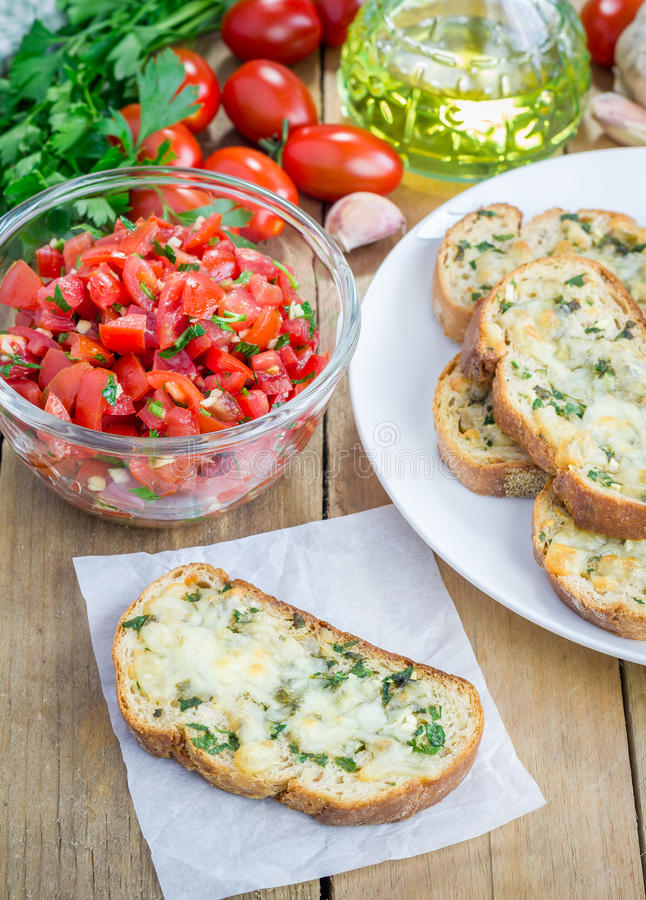 Fazendo o bruschetta do tomate foto de stock royalty free