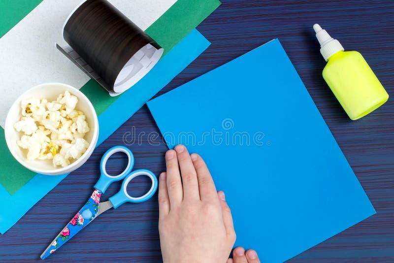 Fazendo o cartão por uma criança no tema da mola Etapa 2 imagens de stock royalty free