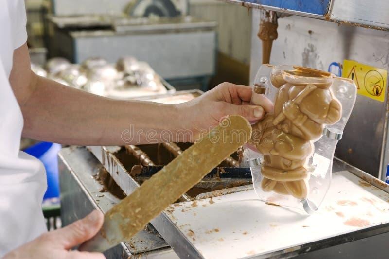 Fazendo o chocolate em uma padaria fotos de stock royalty free