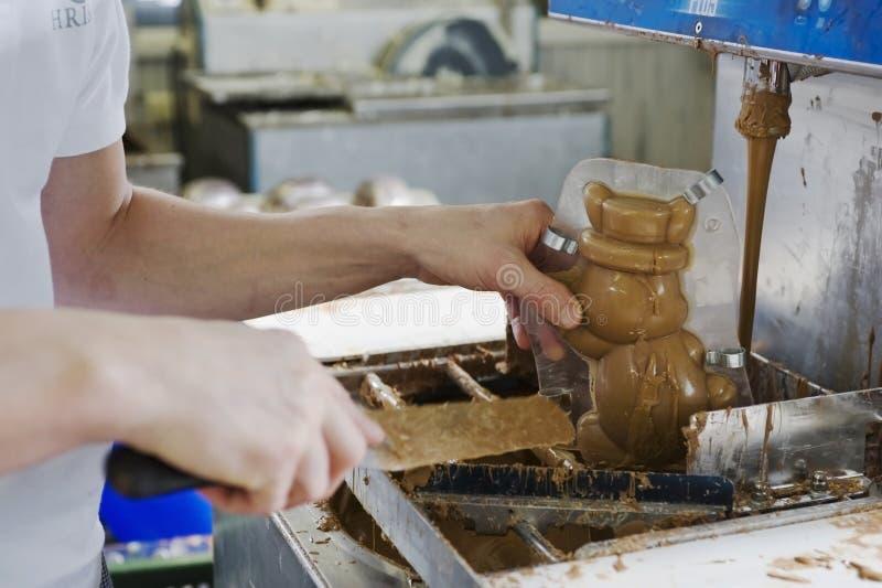 Fazendo o coelho do chocolate em uma padaria fotografia de stock royalty free