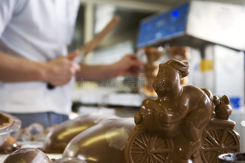 Fazendo o coelho do chocolate em uma padaria imagem de stock royalty free