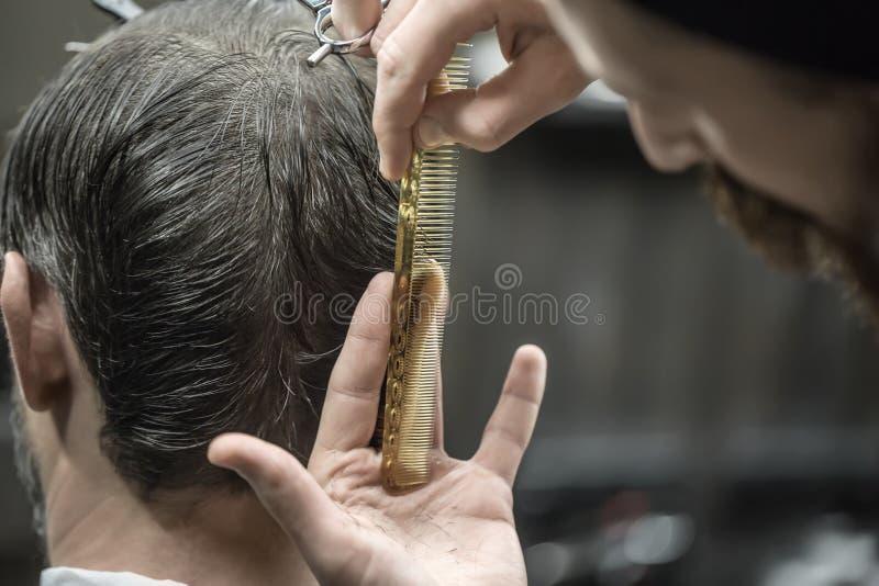 Fazendo o corte de cabelo no barbeiro imagem de stock royalty free