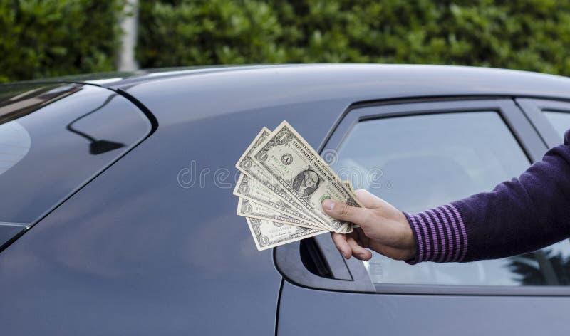 Fazendo o dinheiro que vende carros imagens de stock