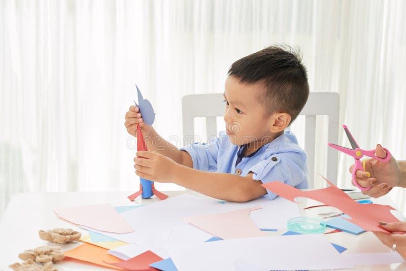 Fazendo o foguete de papel imagens de stock royalty free