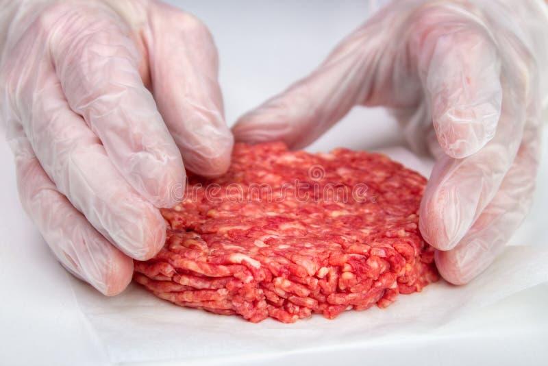 Fazendo o hamburguer imagens de stock