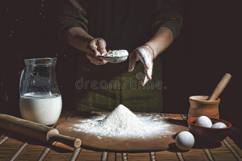 Fazendo o pão, aparência denominada retro Grão adicionada padaria Preparação da massa de pão fotos de stock