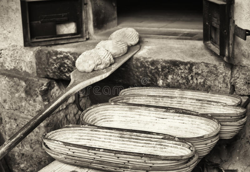 Fazendo o pão - vintage fotos de stock