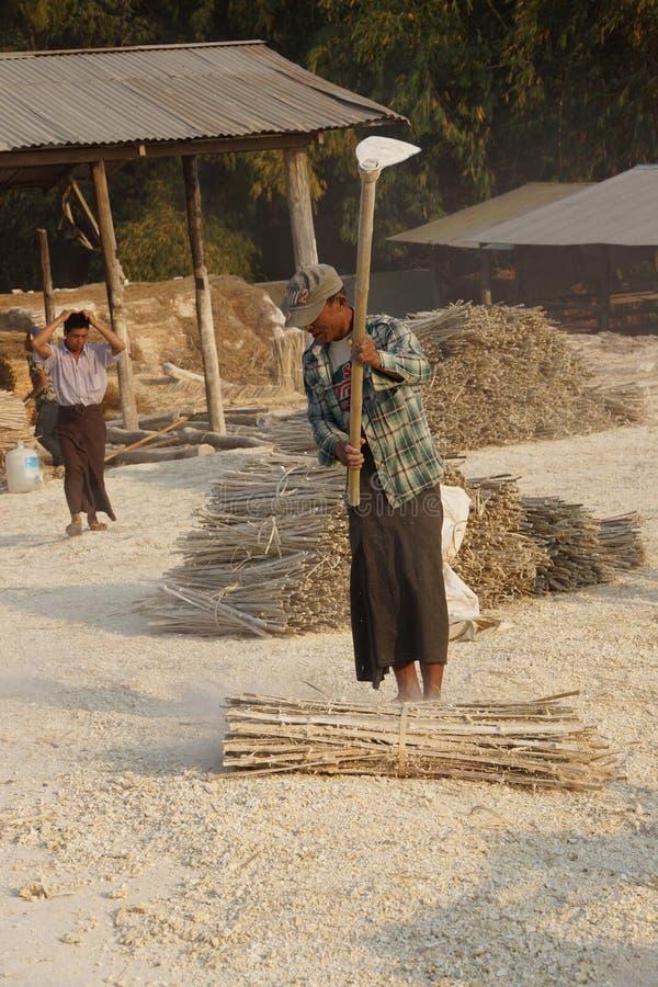 Fazendo o papel de bambu imagens de stock